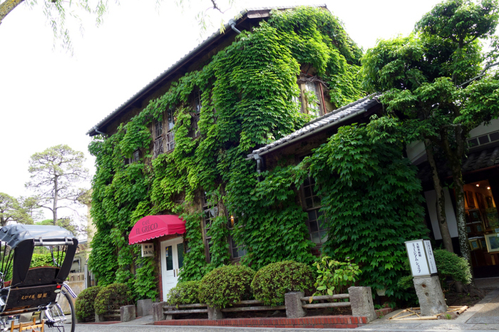 JR山陽本線の倉敷駅より徒歩約12分、上記で紹介した大原美術館に隣接している、蔦のからまる外観が目を引くカフェ「エル・グレコ」。