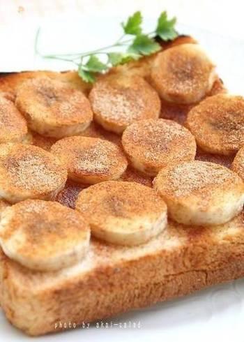 シナモンをトーストにふるのは、ポピュラーな楽しみ方。とくにシナモンとバナナの相性は抜群です。焼くことで、バナナの甘みもいっそう強くなります。