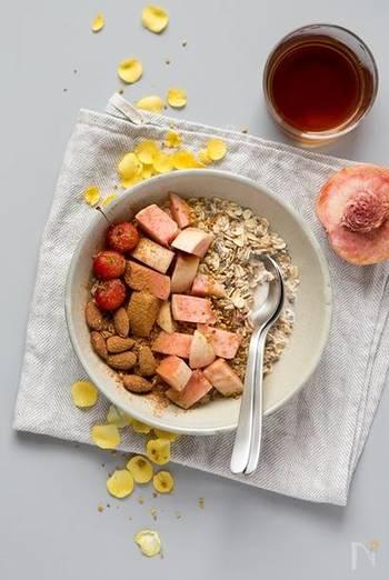 朝食にぴったりのオートミールにも、シナモンの風味はいいですね。フルーツをたっぷり入れて、みずみずしく。一日をヘルシーにスタートさせましょう。