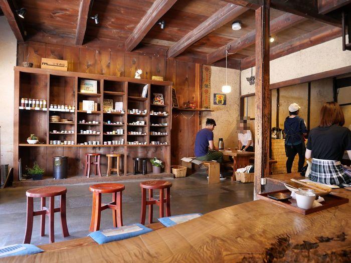 内部は奥に長く土間が続いており、入り口脇には、倉敷土産として人気のマスキングテープや、季節のジャムなどが売られていて、ちょっとしたお土産を購入することができて便利。