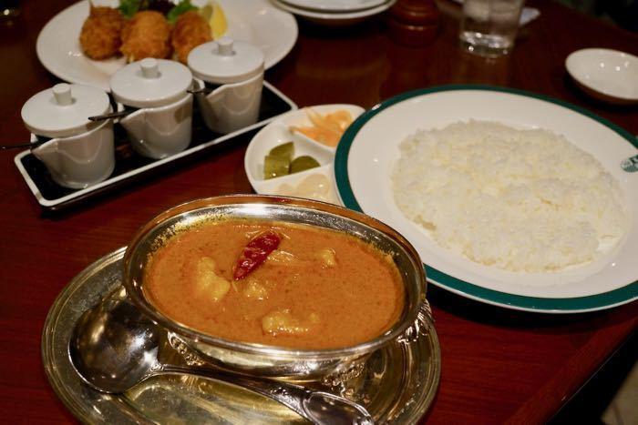 トマトが入り印度式カレーを少しマイルドにしたような味わいのコールマンカリー。完成度の高い一品は食べる価値あり!の一言に尽きます。その他にもエビやホタテなど魚介のエキスがふんだんに入ったシーフードカリーやゴロゴロ野菜がいっぱいの野菜カリーなど種類も豊富です。