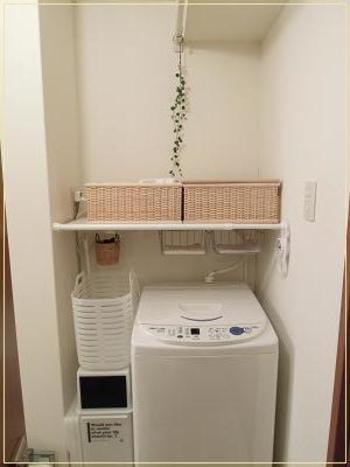 洗濯機上に「重なるブリ材長方形バスケット・小」を2つ並べて、洗面用品を収納。白を基調とした清潔感のあるランドリールームに、ナチュラルなブリ材の色合いがよく似合います。