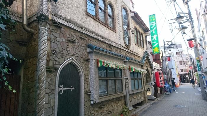 """道玄坂のホテル街に隣接するお店ですが、歴史の長さはこちらが格段に上。1926(昭和元)年に恵比寿で創業→道玄坂に移転後、東京大空襲を経て、1950年に再建されてから60年あまり。家庭では揃えることが困難な音響設備を擁し、クラシック音楽の名盤を聴かせてくれる喫茶店です。 第二次世界大戦直後は""""音楽に飢えた人びと""""、1960年代以降は時間的・経済的に""""音楽会に足を運ぶことができない人びと""""の心を潤し続けてきました。近年、レトロ喫茶店の静かなリバイバルブームの中、客層を若い世代に拡大しつつあります。"""