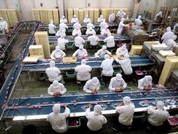 本社工場では、山梨を代表するお土産「信玄餅」の製造工程を見学することができます。誰もが一度は口にした事のあるお菓子が、大量に作られる工程は圧巻です。