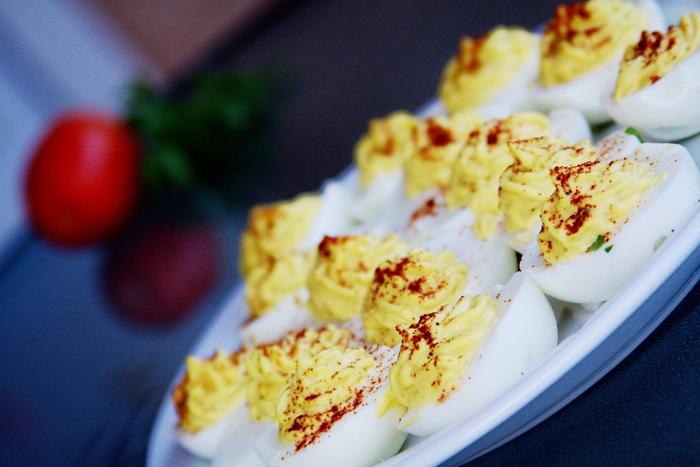 アメリカの「エッグベネディクト」や「エッグスラット」は日本でもよく知られていますよね。オードブル料理では「デビルドエッグ」があり、イベントには欠かせない卵料理の1つで、様々な場面で楽しまれています。見た目もおしゃれで朝食やおもてなしにもぴったりなアメリカの卵料理をご紹介します。