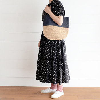 ドット柄のワンピースが主役のお出かけコーデにもぴったり。かごバッグよりも上品に持てるのでコーディネートの幅が広がります。全身をモノトーンでまとめつつ、ピンクの靴下で可愛らしさをプラスしているのも真似したい♪