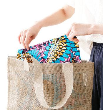 メッシュデザインのいいところは、こんな風にカラフルなインナーバッグを重ねて使えるところ。これなら夏らしく派手な柄にもトライできそうですよね。