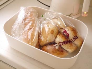 他にも、常温で保存したい焼菓子やパンなど入れるのもおすすめです。暑さが厳しい夏場は、フタをしてこのまま冷蔵庫にも入れるのもいいですね。