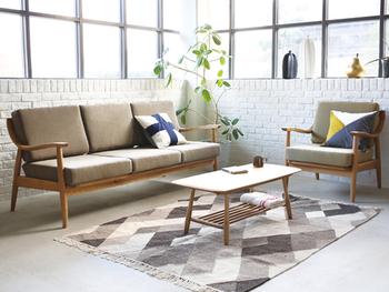 """壁を広く見せるのと同様に大切なのが、床もできるだけインテリアで覆わないようにすること。例えばソファは、脚の付いたデザインの方が床が広く感じられます。""""お掃除が楽""""というメリットもありますよ!"""