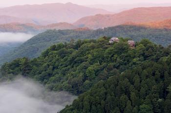 岡山観光の際にはぜひ訪れたいスポット「備中松山城」。雲海に浮かぶ城、天空の山城として有名で、一生に一度は見る価値ありです。9月下旬~4月上旬の早朝、とくに10月下旬~12月上旬に雲海が見られます。早起きして幻想的な風景を見てみたいですね。
