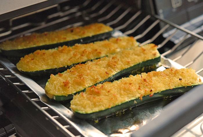 ズッキーニを縦に割り、パン粉とオリーブオイルをかけてじっくり焼き上げます。上はサクサク中はトロ~リ、シンプルだけどあとを引くおいしさです。