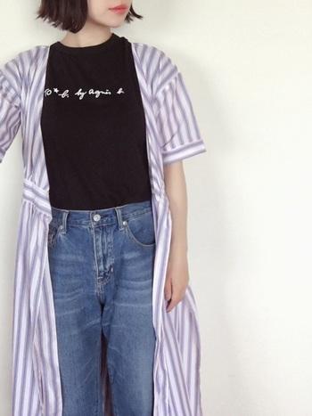 ロゴがシンプルなので、柄物ガウンを上に羽織ると絶妙なバランスに。涼し気な色味を合わせることで、夏らしい爽やかコーデに仕上がります。Tシャツ1枚だけではちょっと寒い冷房対策にも◎