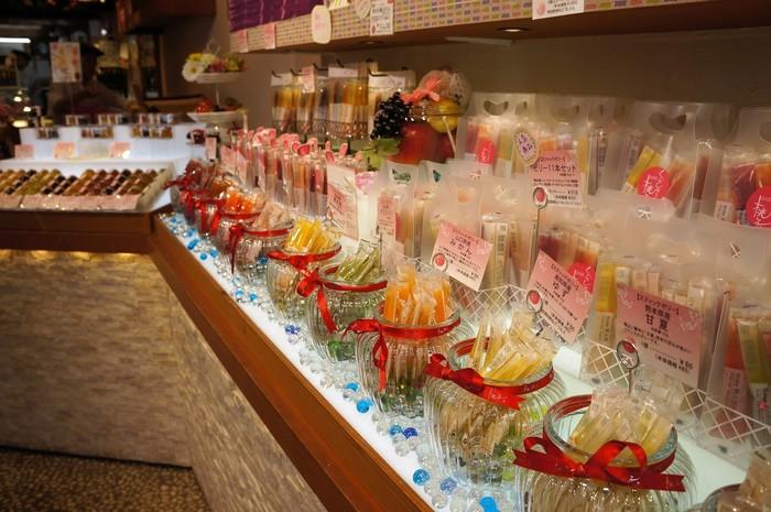 店内1階では、岡山県産の果実を使用したゼリーやジュレ、コンフィチュールなど、お土産や贈り物にも喜ばれる商品がたくさんあり奥のスペースでは、ジェラートやソフトクリームなどのテイクアウトコーナーもあります。
