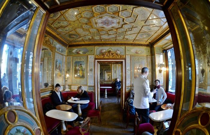 ヴェネチアの伝統と気品が漂う、きらびやかな店内。クラシカルな内装、重厚感溢れるアンティーク家具が、中世ヨーロッパの空気を感じさせます。