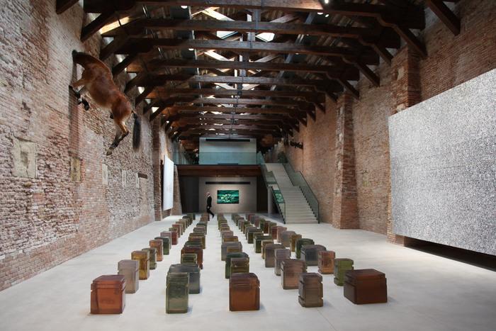 """リノベーションと言っても、""""世界最古の税関""""という歴史的建造物の修復・保全を兼ねたものであり、再生工事にあたっては様々な制約や、住民の反対があったそう。その困難を乗り越えて開館したこの美術館では、まさに中世×現代のアートが融合した、特別な空間を味わうことができます。"""