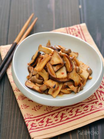シャキシャキ食感のきのこに、豆板醤のピリ辛の味付けが食欲をそそります!きのこをフライパンで炒め水分が出てきたら味付けの合図。白いご飯にも晩酌のお供にもぴったりな一品です。