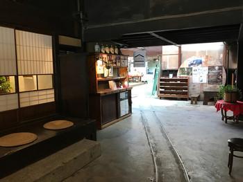 お店の中は歴史を感じさせる佇まい。醸造期間の11月~5月ごろの間は蔵の見学も受け入れていて、予約が必要です。