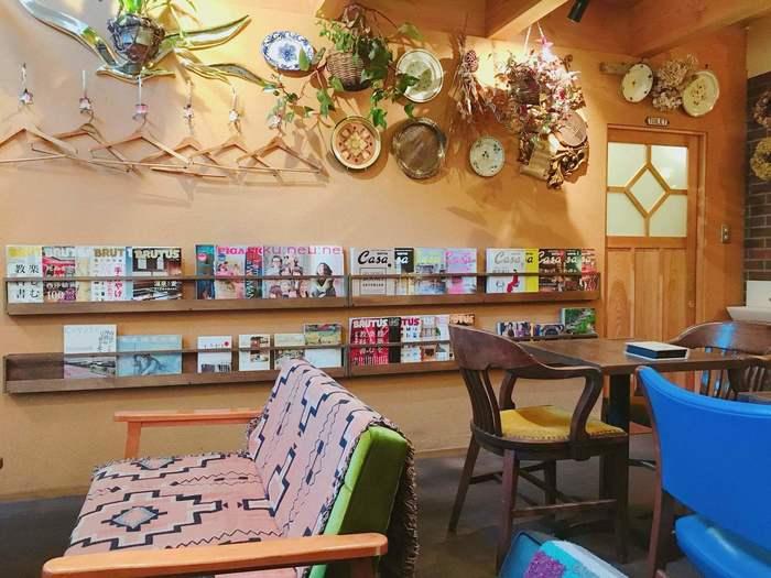 アンティークの調度品や小物が飾られた店内には、ゆったりくつろげるテーブル席や、バーカウンターもあり、壁には雑誌が並べられていて、つい長居してしまいそう。