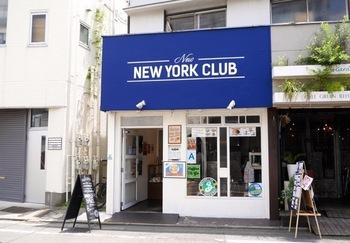自由が丘駅から歩いて約5分ほどのところにある「ニューニューヨーククラブ」。ブルーの看板が目印の、アメリカンな雰囲気漂うカフェです。