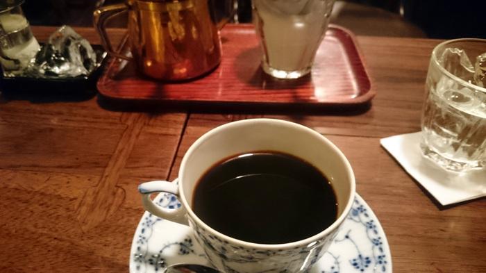 画像はストレートコーヒー『ブルーマウンテン No1ブレンド』。 脇役かもしれないけれど、水の入ったグラスやクリームの隣に置かれた氷のカットの美しさも印象に残ります。フードでは『シナモン焼きトースト』が。