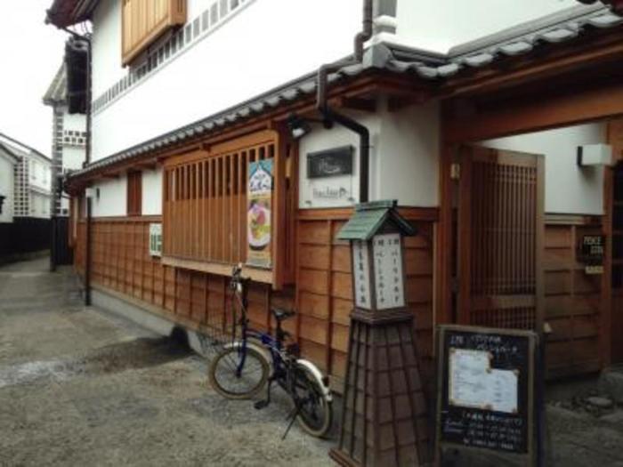 江戸時代の老舗旅館「奈良萬旅館」やその向かいにある「白井邸」を、複合飲食施設として再生整備し、注目を集めている「奈良萬の小路(ならまんのこうじ)」。