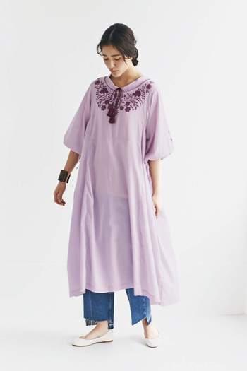 可愛らしいピンクの刺繍入りワンピースにもデニムをチョイス。行動力を感じさせるアクティブな印象に早変わりです。