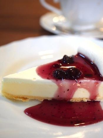 メニューの中でも、特に人気のある、レアチーズケーキは、珈琲の組み合わせが◎。レアチーズケーキにはブルーベリーソースがかかっていて、見るからに美味しそう。