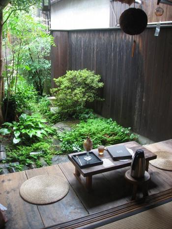 中庭を眺めながら、食事やお茶を楽しめる席もあり、暑い夏は縁側で涼みながら、かき氷や冷たいスイーツをいただけば、身も心も癒されそう。