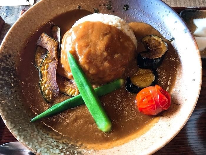 ランチタイムには、三宅商店で大人気の、季節の野菜をたっぷり使った特製カレーが◎。ほどよくスパイスが効いており、その味わいにリピートしたくなりそう。