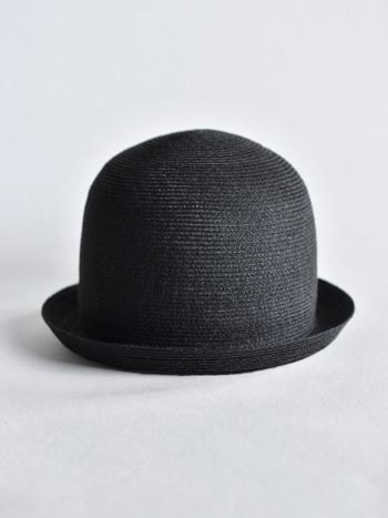 東京の帽子職人さんが作るメイドインジャパンのこちらは、丁寧な作りはもちろんのこと、高さと丸みのあるフォルムがとても印象的な麦わら帽子です。
