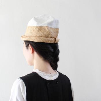 個性的な形が魅力的なchisakiの帽子。こちらは名前の通り「ヒマラヤ」をイメージして作られた帽子。丈夫なパオ材を使って作られているため、軽くてかぶり心地が良く、また経年変化による風合いの変化も楽しむことができます。