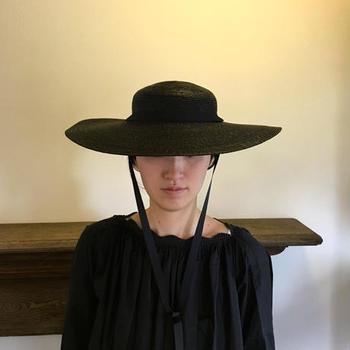 つばが広く、浅めに被るタイプのガーデン用にデザインされた帽子。浅めなのでつばが広くても視界を遮ることがありません。