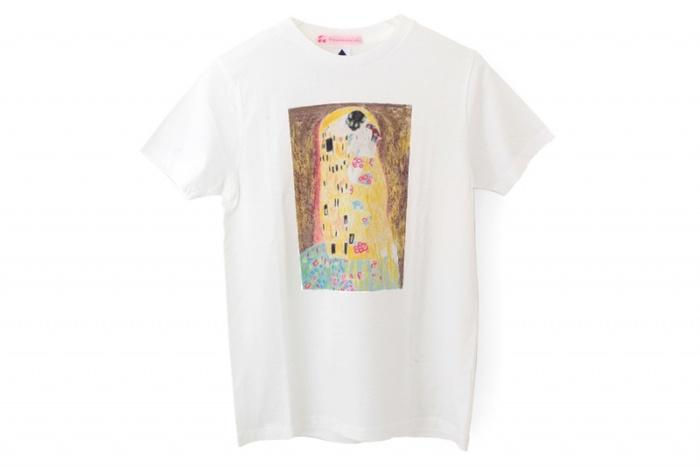 デザイナー、篠崎英子さんが手掛けた「BOOKO THE MUSE(ブーコ ザ ミューズ)」シリーズから、クリムトの「接吻」をイメージしたパロディTシャツ。ブタのブーコさんが、アーティストのミューズだったら...と仮定する発想がまず面白いですが、主役になりきっているブーコさんのうっとりした表情がなんともチャーミング。あの煌びやかなアート作品がぐっと身近に感じられるのも楽しいですね。