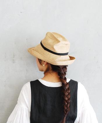 もともとくしゃっとした質感の帽子なので、持ち運んでも型崩れを心配することはありません。どの部分をくしゃっとさせるかによって雰囲気が変わりますので、表情を変えて楽しんでいただけます。