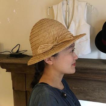 ありそうでないナチュラルな雰囲気の麦わら帽子。とんがり型が可愛く、コーディネートのポイントになりそうです。