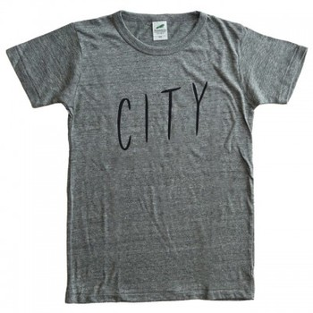 イラストレーターのNoritakeさんが過去に制作したZineのタイトル「City Lights」から「City」の部分のみを取って作ったTシャツ。どこか飄々とした感のある字体がユニーク。