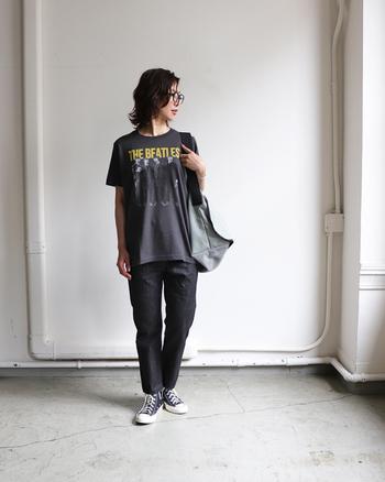 ビンテージライクなデザインにきゅんと来るビートルズTシャツ。敢えて着こなしをモノトーンにまとめると、Tシャツの存在感が強調されて、より大人っぽく魅力的に映ります。