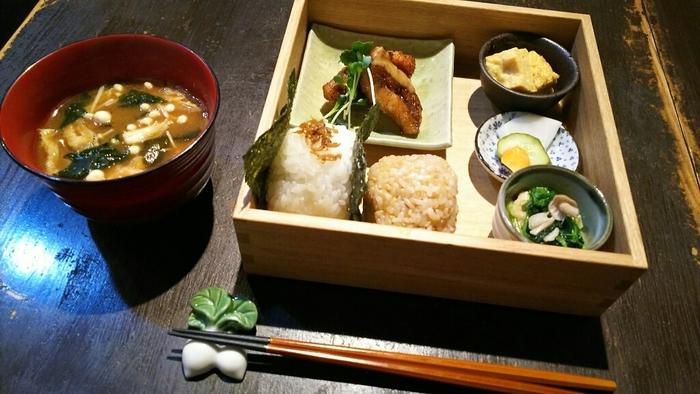 おにぎりランチは玄米のおにぎりが1つと好きなおにぎりが1つの、おにぎり2つとお惣菜が箱に詰められて運ばれてきます。見た目もとっても可愛らしいですね。