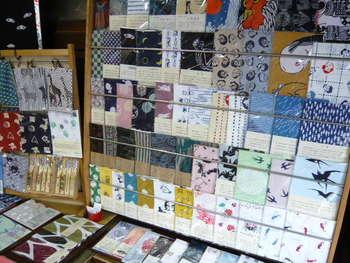 店舗はリニューアルされ可愛いもの、渋さを感じるもの、様々な手ぬぐいが見やすく並んでいます。お土産にも喜ばれそうですね。