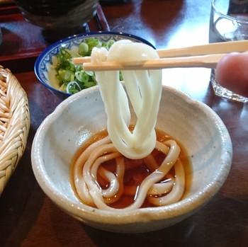 「大阪讃岐うどん」という新ジャンルが味わえるこちらのお店は釜揚げうどんが一番のおすすめなんですが、太打ちのざるうどんも絶品。誰かと一緒に訪れて食べ比べてみるのもおすすめです。