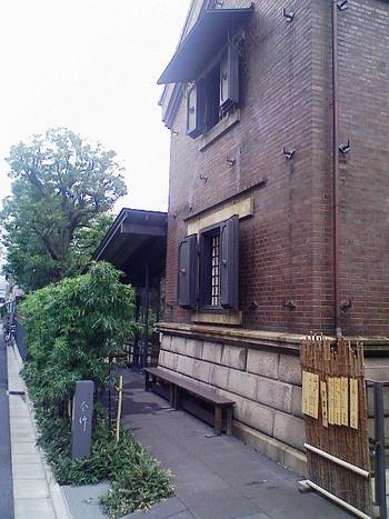 明治43年に建てられた石蔵を改装してできたうどん屋さん「釜竹」は、ミシュランのビブグルマンを獲得していることもあり、連日大人気。外国人のお客様も多い並んででも食べたい名店です。