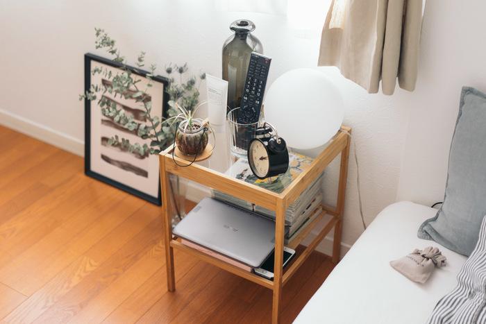 また、こちらのお部屋ではベッド脇にも、ガラス天板の小さなテーブルが置かれています。下の段に収納した物もよく見えるので、使い勝手が良さそうですね☆