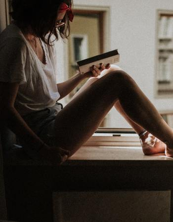 ずっと読みたかった本、買ったままにしていた本など、ここぞとばかりに読みあさってみませんか?本に夢中になって、お腹が空いたことにも気づかないかもしれませんね。読み終わったときには、世界が一変しているなんてこともあるかも。