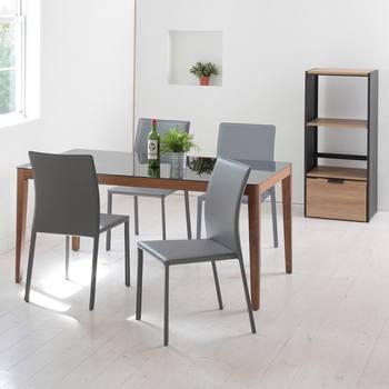 テーブルランナーやマットをあえて敷かず、グレー基調の無機質なダイニングテーブル&チェアだけですっきりとクリアなイメージに。見た目だけでなくテーブルは強化ガラス仕様で拭くのも楽々なので清潔をキープできそうです。