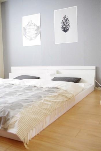 ロータイプのベッドはお部屋をより広く見せることができますね。おしゃれなモノトーンポスターを飾れば生活感を軽減できそう。