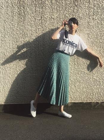 「Konica」の大きなロゴが目を引くTシャツ。ロゴの硬さに対して、プリーツスカートで柔らさをプラス。ホワイトとミントグリーンで爽やかにまとめたところも素敵です。