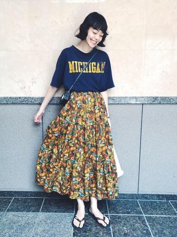インパクト大な柄スカートに大きめのロゴが利いているTシャツ。でもまとまり良く見えるのは、ロゴの色と柄の色がマッチしているおかげ?どちらも古着というところもこなれています。おしゃれ上級者な着こなし。