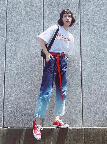 ロゴに合わせてベルト、シューズも赤をセレクト。グラデーションが利いたジーンズがまたおしゃれ。夏らしく明るいスタイリング。