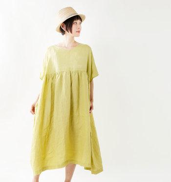リネンは、吸水・吸湿性に優れていて汗をかいても乾きやすいという特徴を持っている素材です。洗濯をしても乾きやすく、通気性がいいのでスッと風を通してくれるのも魅力。何度も選択することで生地が柔らかくなるので、洗濯の回数が増える夏にぴったりのアイテムですね。