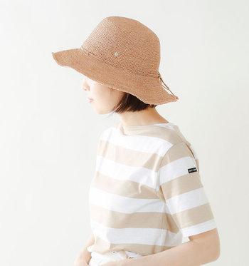 暑い日のファッションを少しでも涼しく楽しむためには、顔周りの日差しにも気を配る必要があります。メイクや日焼け止めを塗っているからと安心せず、ファッションの一部として活用できるおしゃれなツバ広帽子を愛用しましょう。顔周りが涼しくなるだけで、全身に感じる暑さも軽減されるはずですよ。
